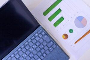 パソコンと分析資料のイメージ図